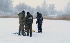 Zvejai ant ledo (1)