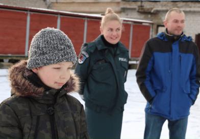 Sunkią ligą įveikęs berniukas susitikęs su pareigūnais ir pats pasijuto lyg policininkas